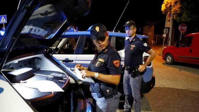 Agenti della polizia in azione