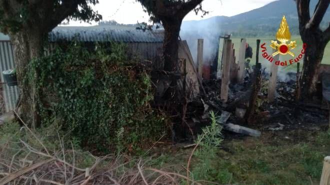 Il capanno bruciato (Foto vigili del fuoco)