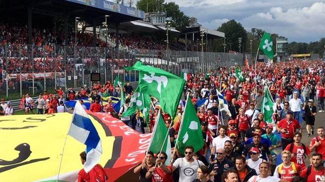 Bandiere con la Rosa Camuna in pista a Monza