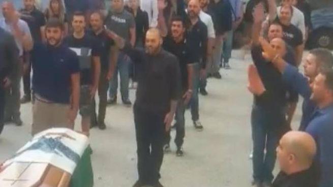 Il saluto romano al funerale di Gianpiero Todini in un frame del video (Ansa)