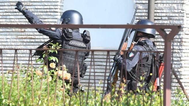 Reparti speciali dei carabinieri fuori dall'abitazione (Lapresse)