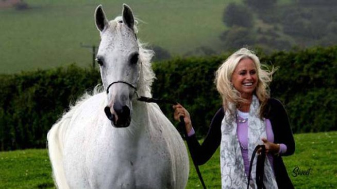 L'attrice britannica Susan George insieme ad uno dei suoi amati cavalli di razza araba