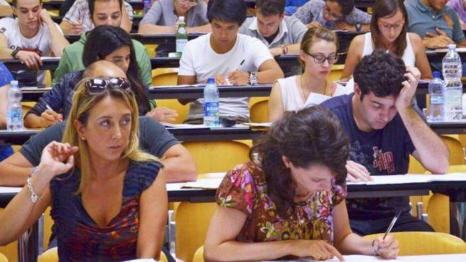 Gli studenti mentre affrontano le prove dei test di ammissione alle varie facoltà universitarie (Torres)