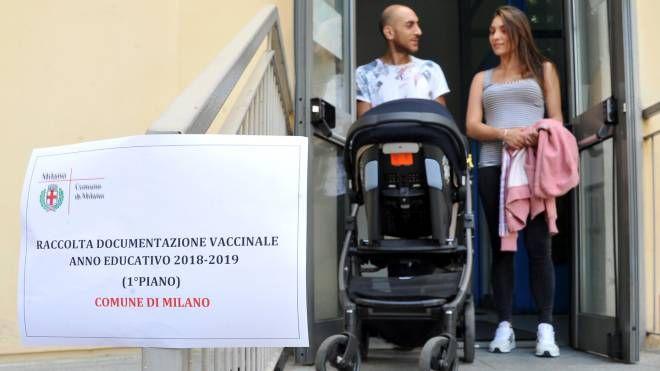 Un cartello ricorda l'obbligo vaccinale