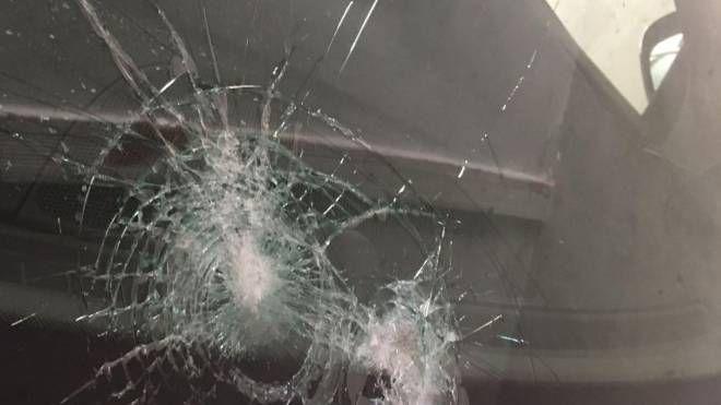 Il parabrezza dell'auto raggiunto da oggetti lanciati da qualche teppista