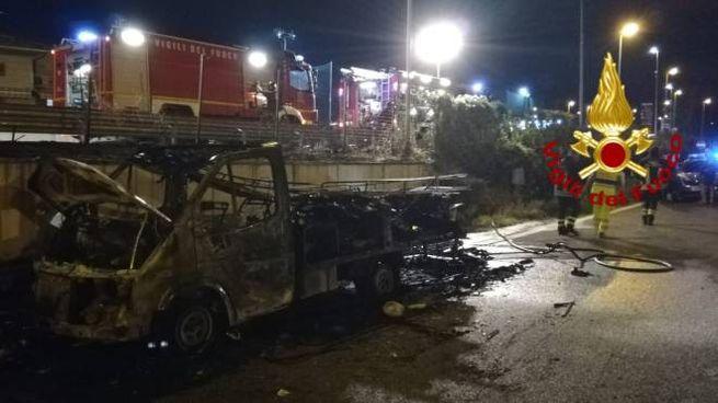 Il camper distrutto dalle fiamme