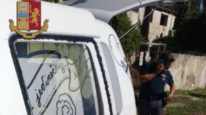 Il minivan dove sono rimasti chiusi un bimbo e il suo cane