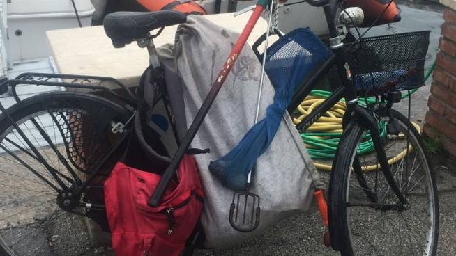 La bici e alcune sacche dove è stato trovato il cellulare del colpevole