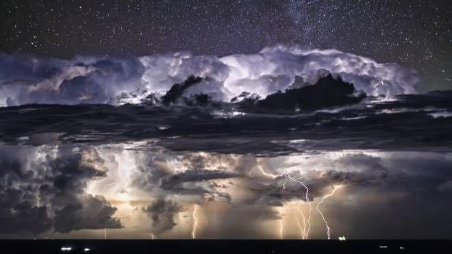 Stelle sopra le nuvole grazie ad un doppio scatto dello stesso giorno montato poi in postproduzione