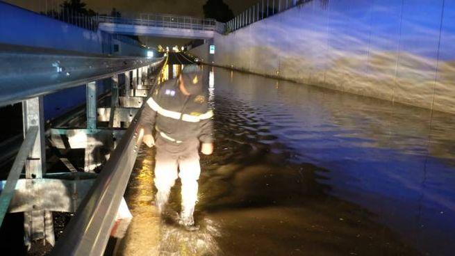 I vigili del fuoco in azione nel tratto della tangenziale chiuso al traffico per la troppa acqua (Frasca)
