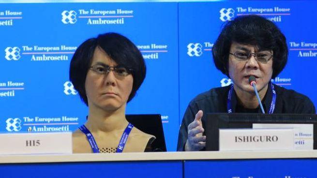 Lo scienziato giapponese Hiroshi Ishiguro con l'umanoide (Newpresse)