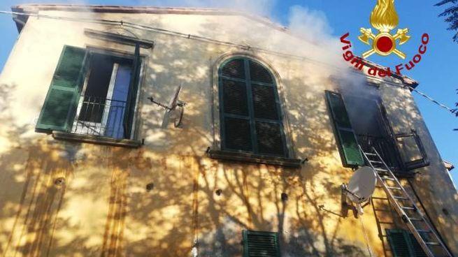 La casa dove è scoppiato l'incendio (foto: vigili del fuoco)
