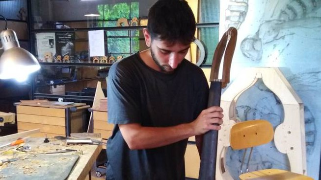 Gionata Quercetani, 25 anni, nel laboratorio dove ha creato Travel Bass