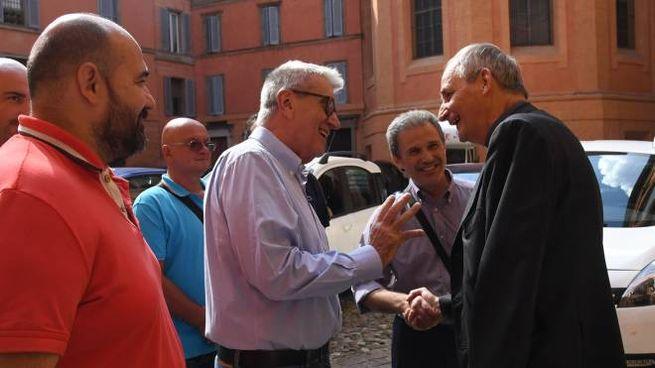 I lavoratori ex Breda con il vescovo Zuppi (FotoSchicchi)