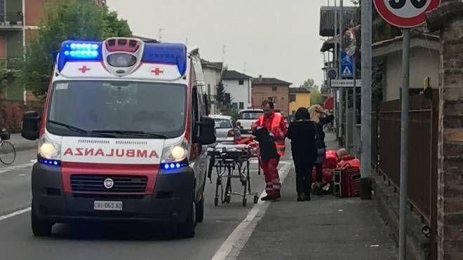 SOCCORSI Un'ambulanza interviene sul luogo di un incidente