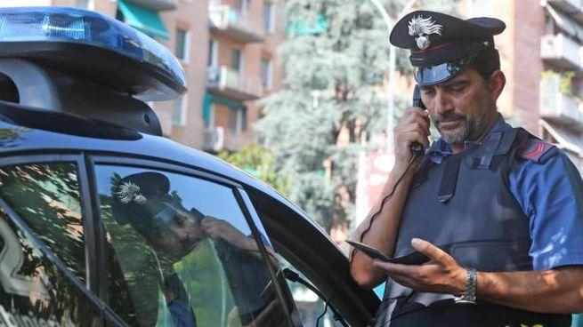 Un carabiniere al lavoro: i militari hanno raccolto le diverse versioni sull'accaduto (foto d'archivio)
