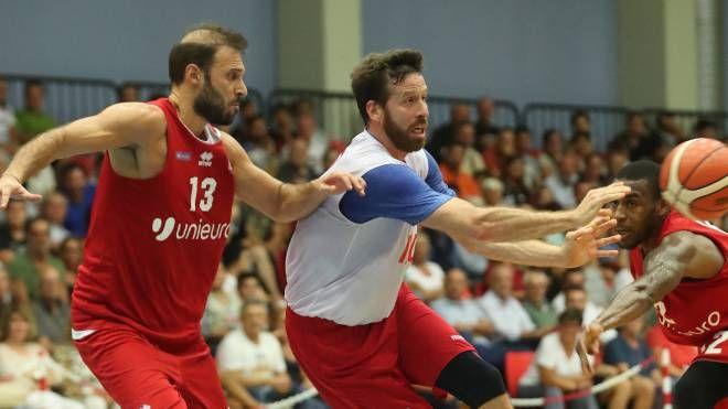 Il play Giachetti controlla il suo diretto avversario nella finale (Zani)