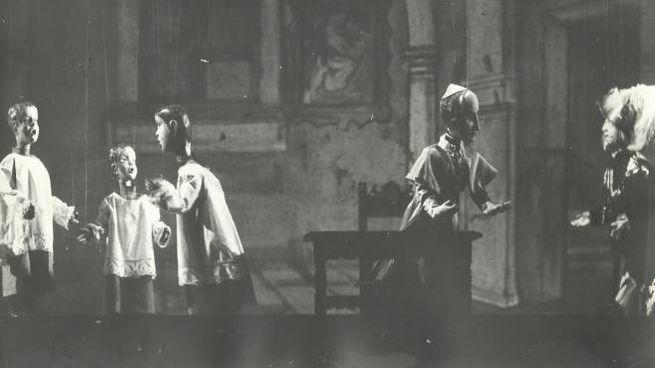 La scena delle marionette è quella riguardante l'editto di Carlo Borromeo