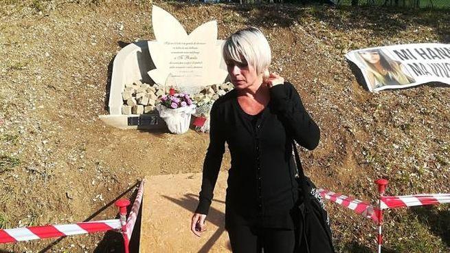 Alessandra Mastropietro davanti alla lapide dedicata a Pamela