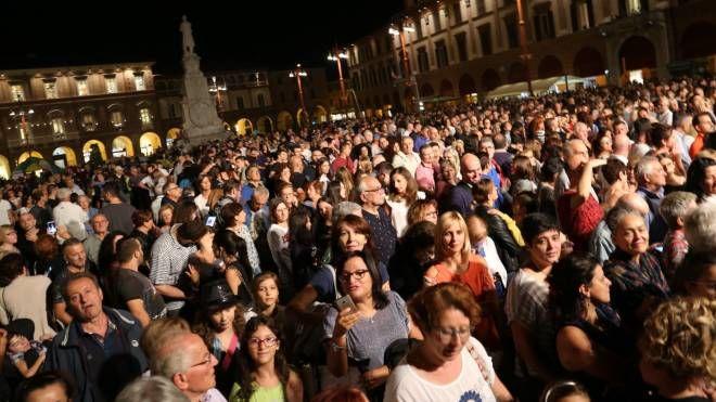 Piazza Saffi gremita per il concerto di Arisa (foto Frasca)