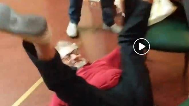 Un fermo immagine del video che immortala il volo di Marco Monzali mentre esulta per l'acquisto di Cristiano Ronaldo