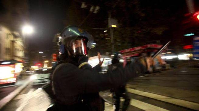 Momenti di tensione tra manifestanti e forze dell'ordine dopo lo sgombero del centro sociale il Corvaccio, Milano, 18 novembre 2014.   ANSA/BALTI MURAD