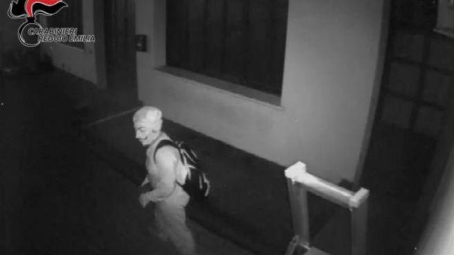 La ladra in azione con la maschera di Anonymous