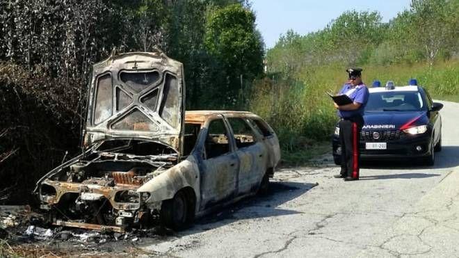 I rilievi dei carabinieri sull'auto data alle fiamme