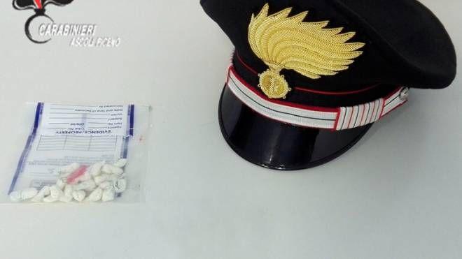 Le dosi di droga sequestrate dai carabinieri