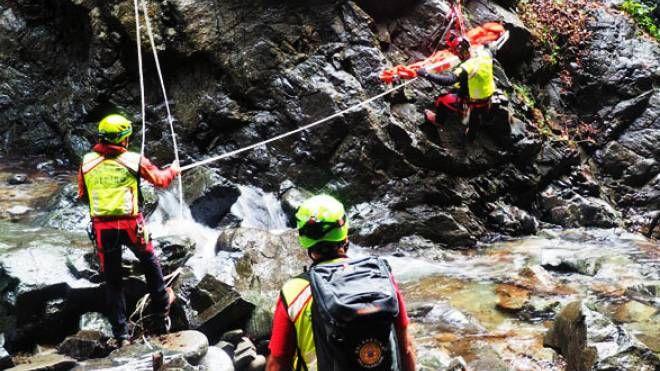 Il soccorso alpino in azione lungo un torrente