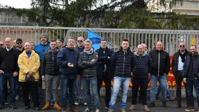 Dipendenti Sanac davanti allo stabilimento durante una manifestazione di protesta di qualche tempo fa