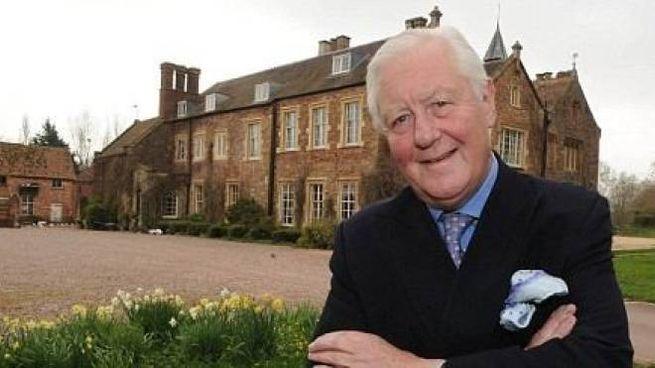 Il nobile milionario Sir Benjamin Slade