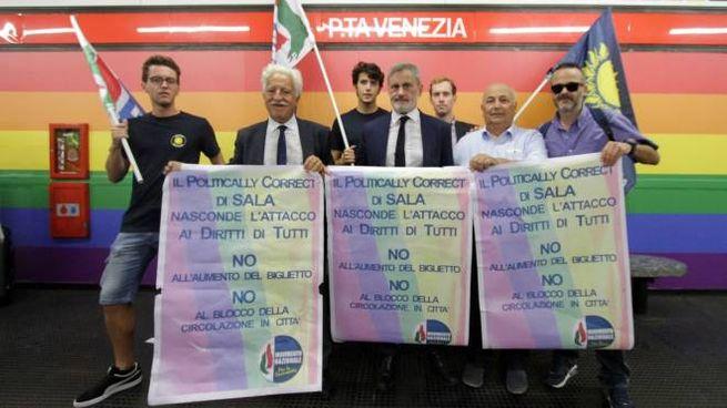 La protesta del Movimento Nazionale per la Sovranità alla fermata Porta Venezia della M1