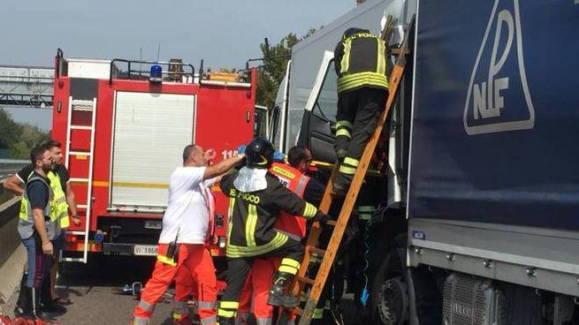 I soccorsi ai camionisti feriti nell'incidente in A13