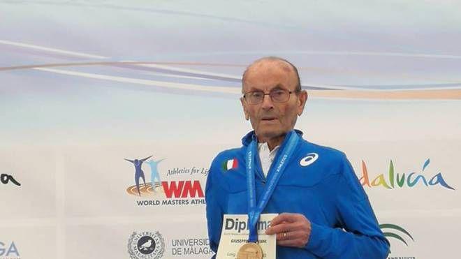 Giuseppe Ottaviani, stamattina, sul podio dei campionati mondiali di atletica master