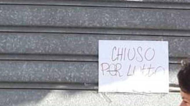 Il cartello 'Chiuso per lutto' affisso alla pasticceria di famiglia