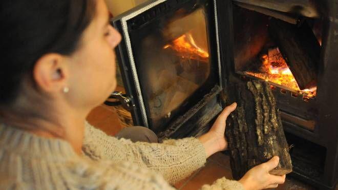 Una stufa a legna (foto archivio)
