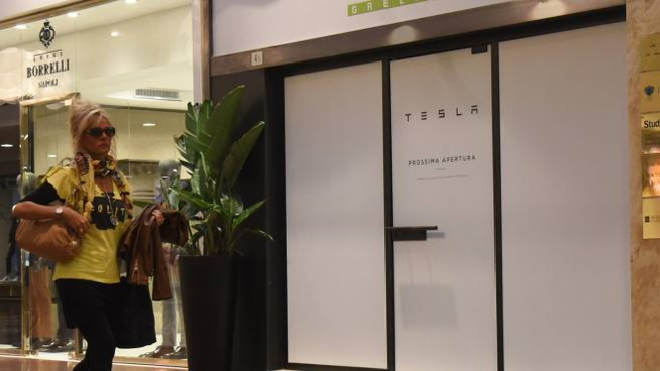 Il nuovissimo store di Tesla, l'avveniristica auto elettrica