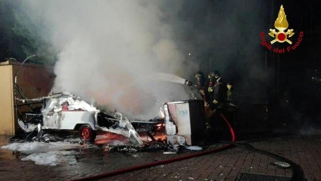 La roulotte distrutta dall'incendio (foto Vigili del Fuoco)