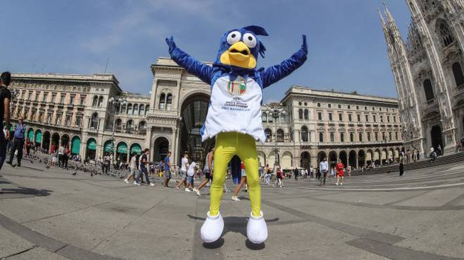 La mascotte dei Mondiali in giro per Milano