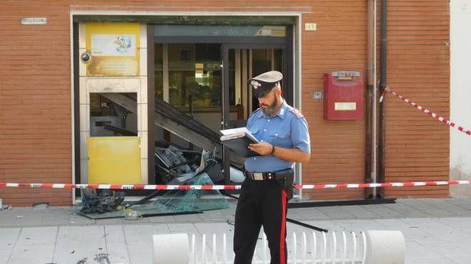 I carabinieri davanti al bancomat distrutto