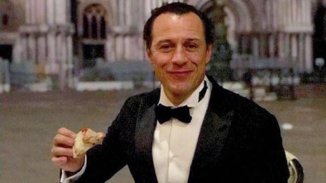 Stefano Accorsi mangia la pizza a piazza San Marco (Instagram)
