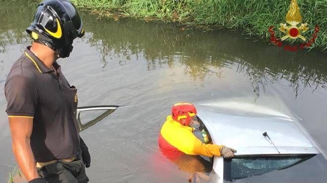 L'auto finita nel fossato pieno di acqua