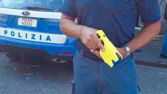 La pistola elettrica Taser è in dotazione alle volanti della polizia – in via sperimentale – dal 5 settembree scorso