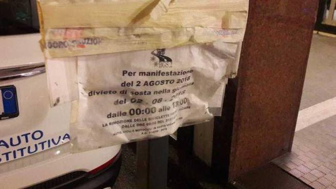 Il cartello posizionato ieri sera in via Calori che indica il divieto di sosta per la manifestazione del 2 agosto