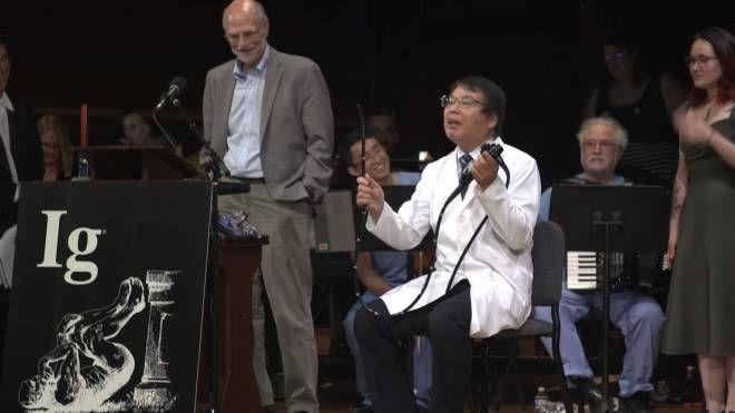 Il gastroenterologo Akira Horiuchi premiato ai IgNobel (da youtube)