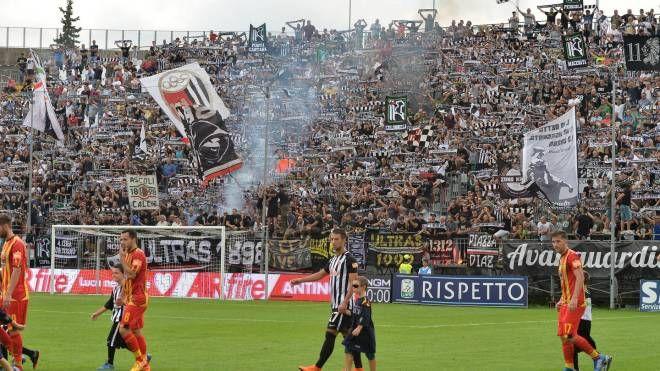 Ascoli-Lecce, i tifosi bianconeri (Foto LaPresse)