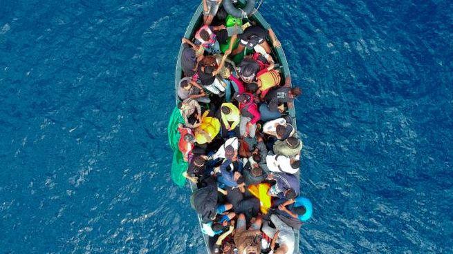 Migranti, un barcone in mare in una foto d'archivio (Lapresse)