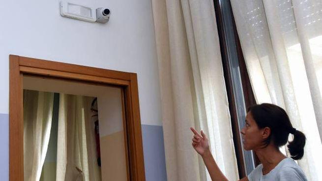 Una delle telecamere che filmano quanto accade nell'asilo