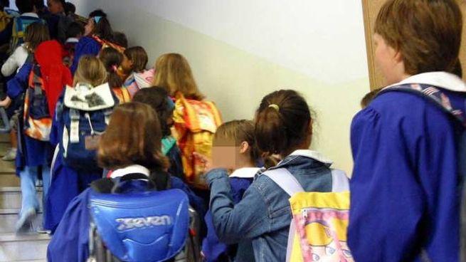 Bambini all'ingresso di scuola